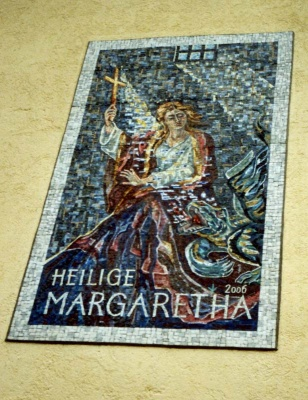 "Buch/Jenbach, Pfarrhaus. Fassadenmosaik ""Hl. Margaretha"", 250 x 150 cm. 2006."