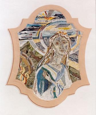 """Unterperfuss, Pfarrkirche. Mosaik an Westfassade """"Hl. Katherina"""", 260 x 140 cm. 1995."""